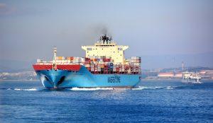 Containerschiff mit Schlussverkaufsartikeln